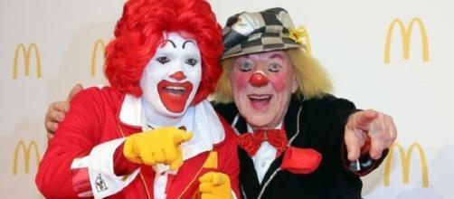 Ronald McDonald a la (izquierda) restringe sus apariciones debido a los avistamientos payaso espeluznante de todo el mundo