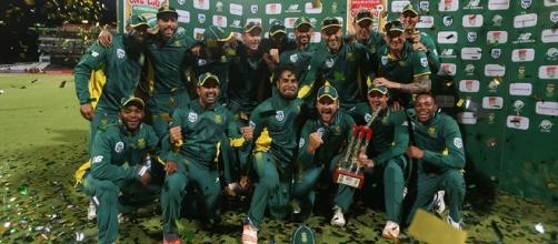 South Africa pose with the trophy after beating Australia 5-0 (Twitter)