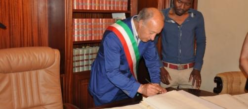 Tre mesi in un centro di accoglienza italiano è il tempo necessario per un immigrato per ottenere la residenza nel nostro Paese