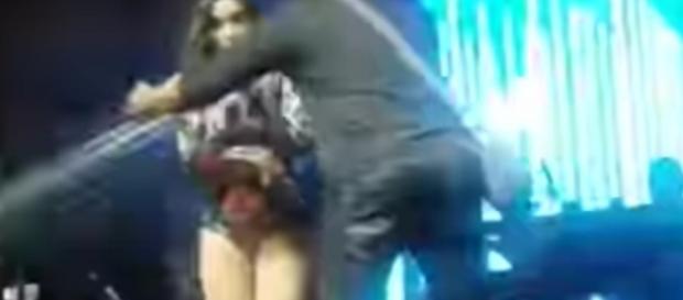 Anitta deixa o palco após cantar só 3 músicas e público joga latinhas nela