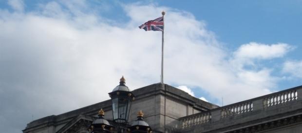 La Union Jack sventola su Buckingham Palace