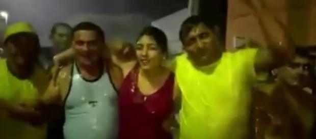 Terezinha toma banho com carro-pipa junto aos amigos (Foto: Reprodução)