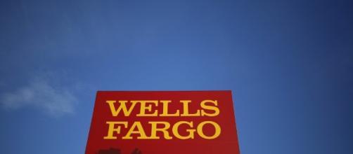 Elizabeth Warren tells Wells Fargo CEO to resign over fake ... - pbs.org