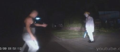 Homem palhaço apanha de jovem na beira da estrada