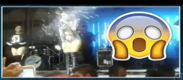 Cantora levou banho de cerveja no palco.