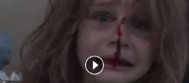 Criança síria ficou desesperada sem ver o seu pai (Foto: Reprodução)