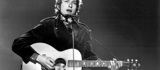 Su guitarra y voz, entre otros aportes artísticos en la escritura, le han hecho merecedor del premio de la Real Academia de las Ciencias de Suecia