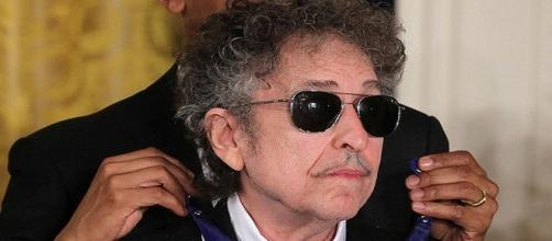 29 Maggio 2012. Bob Dylan riceve la Medaglia Presidenziale alla Libertà, la massima decorazione degli Usa, dal Presidente Barak Obama