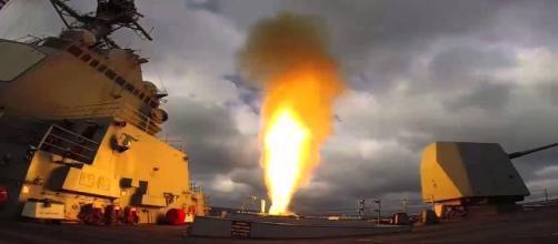 Uss Mason dosparando misiles Tomahawk a Yemen