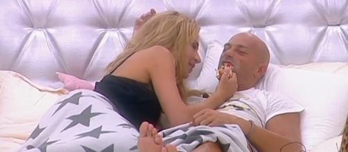 Valeria Marini e Stefano Bettarini insieme nel letto