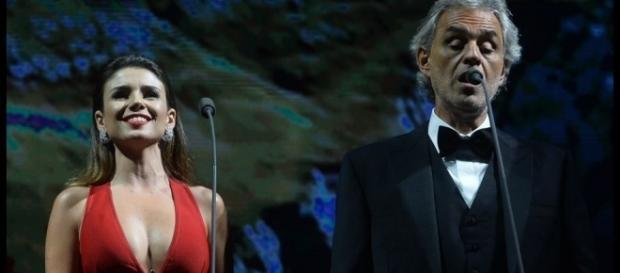 A cantora ao lado do tenor italiano em show
