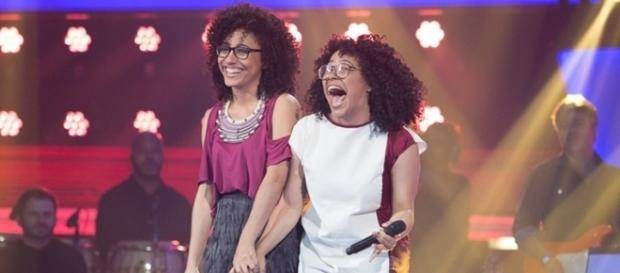 Lilian e Layane no palco do The Voice