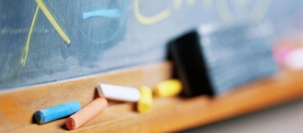 Quadro escolar, juntamente com apagador e giz de cera.