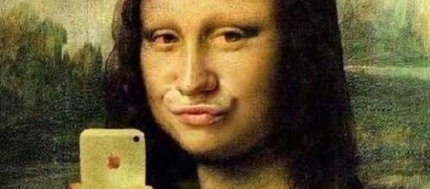 Selfies femininos com biquinhos são comuns nas redes.