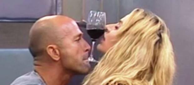 Valeria Marini e Stefano Bettarini arriva il bacio