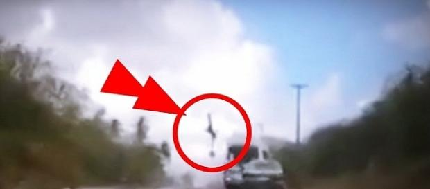 Vídeo mostra que van invade faixa contrária em batida que matou casal