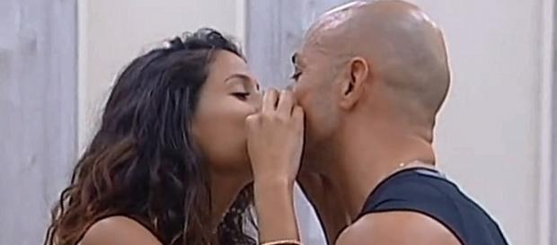 Bacio fra Stefano Bettarini e Mariana Rodriguez