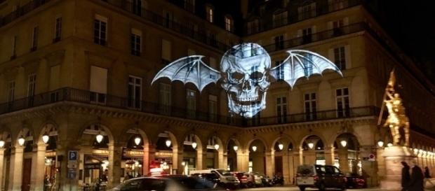 "Eine Projektion der ""Death Bat"" in Paris. Quelle: http://loudwire.com/avenged-sevenfold-deathbat-logo-mysteriously-appearing-around-the-world/"