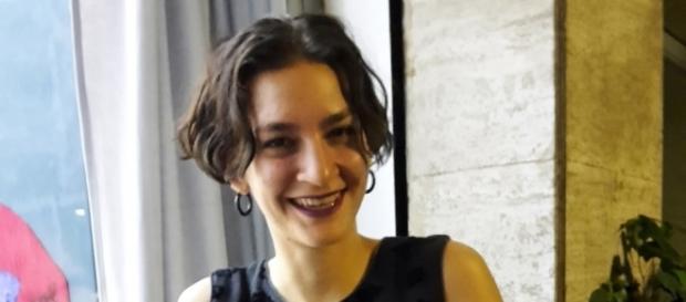 Il sorriso di Odessa Straub all'opening a Napoli