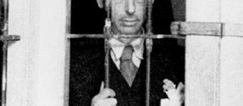Imagen de Lluís Companys detrás de unas rejas, con otros presos.