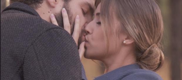 Bosco Castro e Berta, il suo nuovo amore, si baciano.