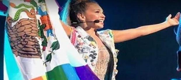 Cantora foi muito criticada por mostrar a bandeira LGBT (Foto: Instagram)