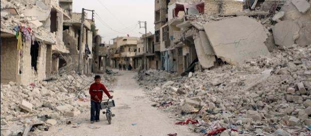 Niño sirio camina en medio de un Aleppo en ruinas