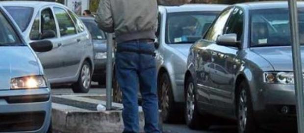 Roma, non dà soldi a un parcheggiatore abusivo: accoltellato