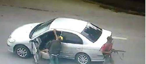 Bandidos fecham via e assaltam idoso com fuzil no Rio de Janeiro.