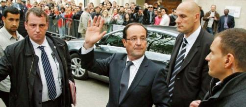 Francois Hollande - car wave - CC BY