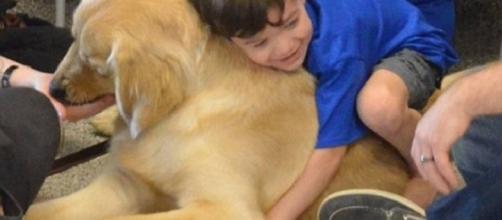Kainoa Niehaus, pequeno autista de cinco anos, abraça seu novo amigo.