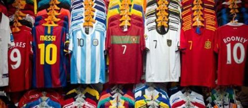 Las camisetas, una de las principales fuentes de ingresos de los clubes de fútbol.