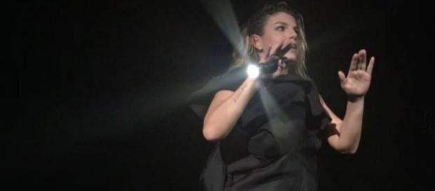 Emma Marrone con la torcia a causa del blackout.