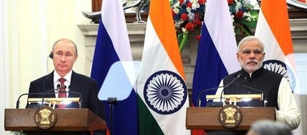 Il presidente russo Putin e il premier indiano Modi in conferenza stampa