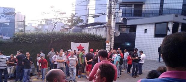 Manifestantes petistas em frente ao apartamento de Lula