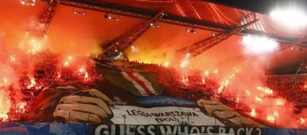 Tifo de los aficionados violentos del Legia Varsovia. Fotografía: Twitter