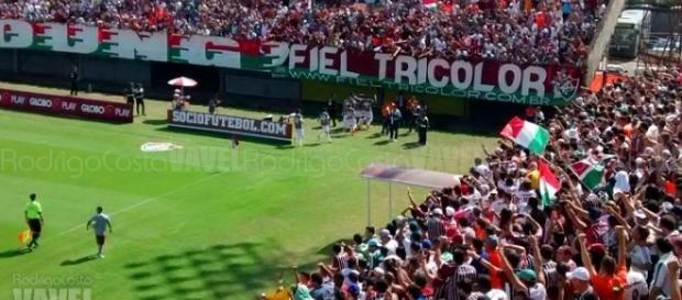 Torcida do Fluminense se mobiliza para apoiar equipe contra o São Paulo (Foto: Rodrigo Costa/Vavel)