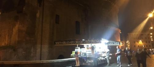 Un camion bar illumina il Pantheon