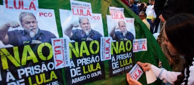 Defensores de Lula em frente à sua residência.