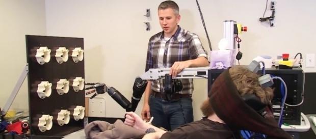 Nathan Copeland utilisant le bras robotique