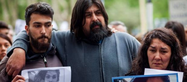 Os pais da garota, Guillermo (centro) e Marta (dir.), durante um protesto