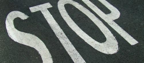 La scritta stop su un manto stradale