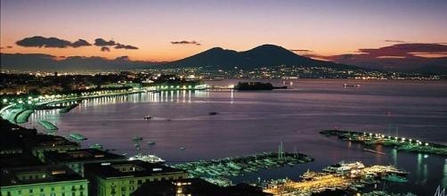 Veduta notturna della città di Napoli fonte https://media-cdn.tripadvisor.com/media/photo-s/01/02/f2/1b/port-of-naples.jpg