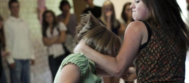 Bullismo, video shock di ragazza picchiata da coetanea.