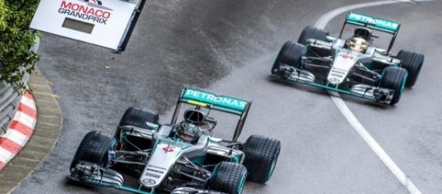 Rosberg y Hamilton durante el Gran Premio de Mónaco de este año