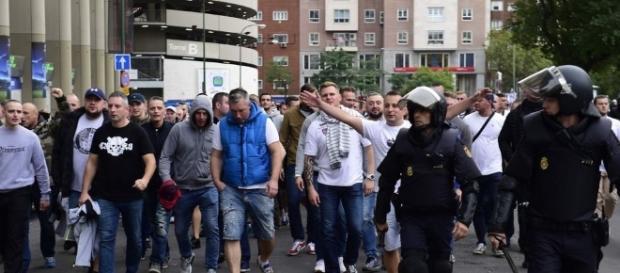 Un grupo de aficionados del Legia escoltados por la policía. Foto: Pierre-Philippe Marcou | AFP