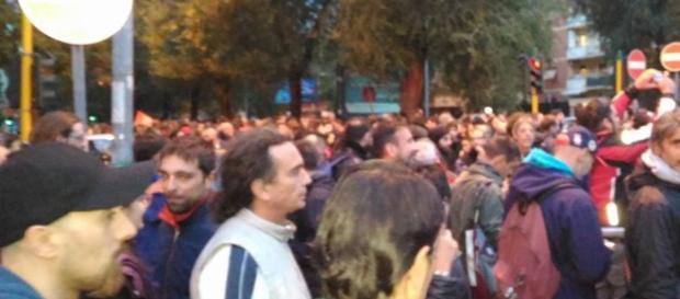 Un momento della manifestazione spontanea di giovedi scorso dopo lo sgombero (fonte Facebook)