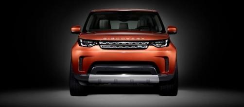Completamente rinnovata nel look, la nuova Discovery offre tutta la potenza e la versatilità richiesta dagli amanti del fuoristrada.