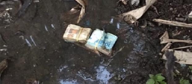 Dinheiro foi encontrado dentro da lama.