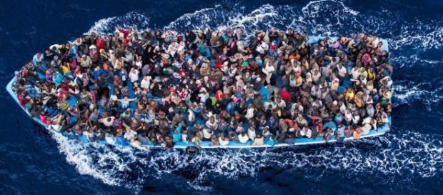 Migranti stipati su una carretta del mare